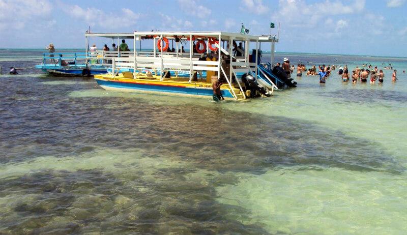 Catamarã nas piscinas naturais da praia de Paripueira em Maceió