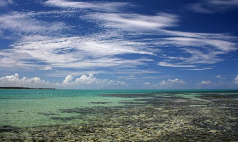 Piscinas naturais em alto mar da praia de Paripueira em Maceió